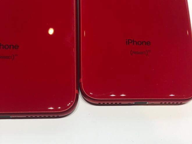 Khác xa so với iPhone 7 và iPhone 7 Plus (PRODUCT)RED với mặt lưng bằng kim loại, ra mắt năm ngoái.