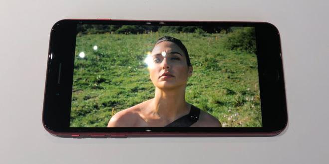 Tuy nhiên có một nhược điểm lớn, đó là mặt kính của iPhone 8 và iPhone 8 Plus (PRODUCT)RED rất dễ bám vân tay. Sẽ thật kém sang trọng khi chiếc smartphone của bạn trông như thế này.